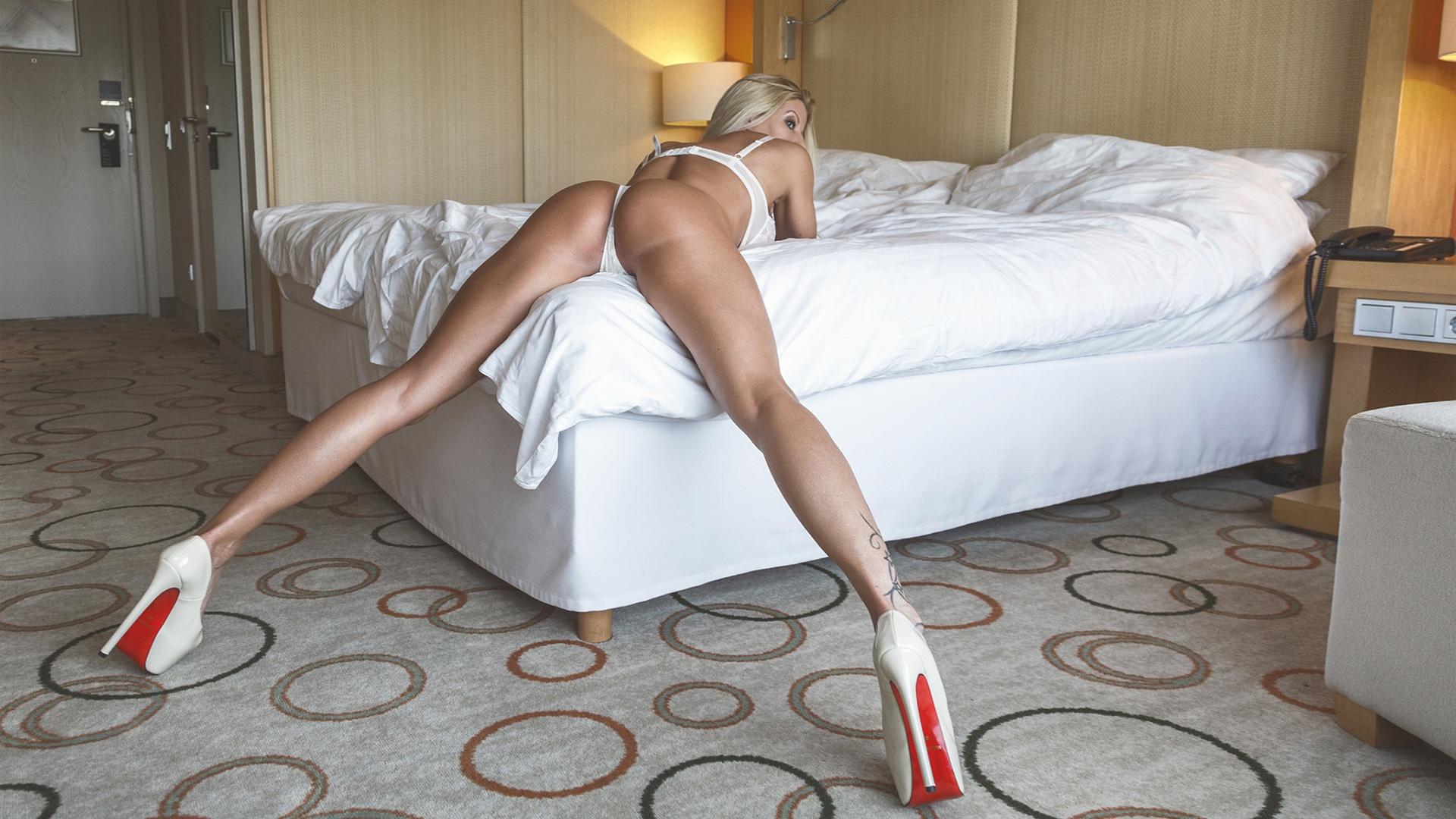 hot nude modelle in highheels