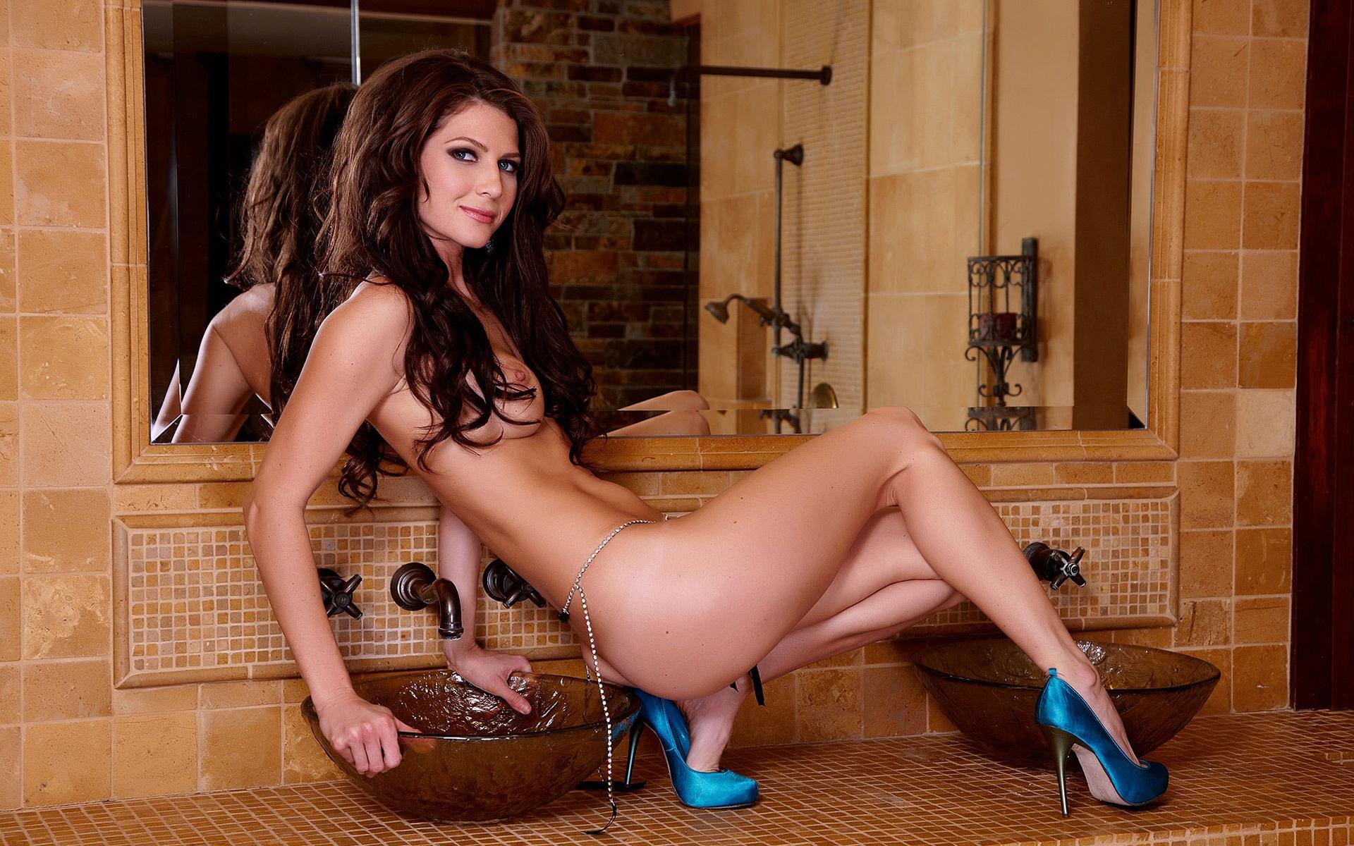 nude girl posing in mirror