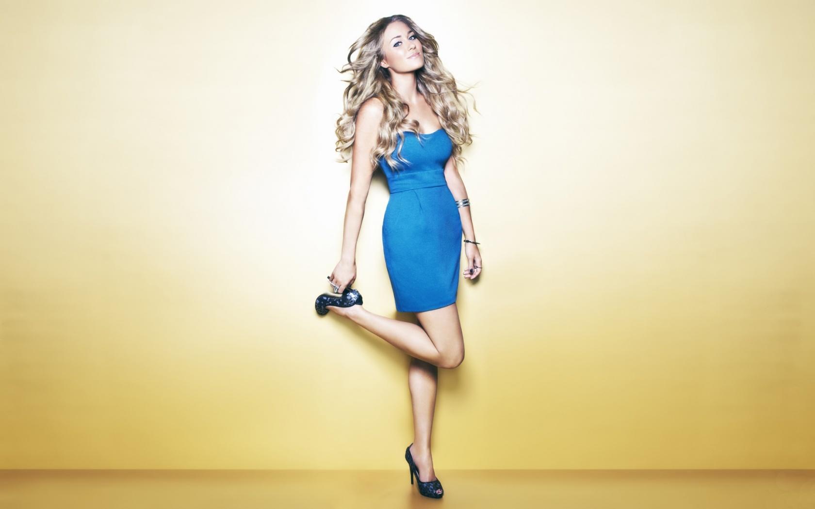 Девушка синий желтый платье скачать