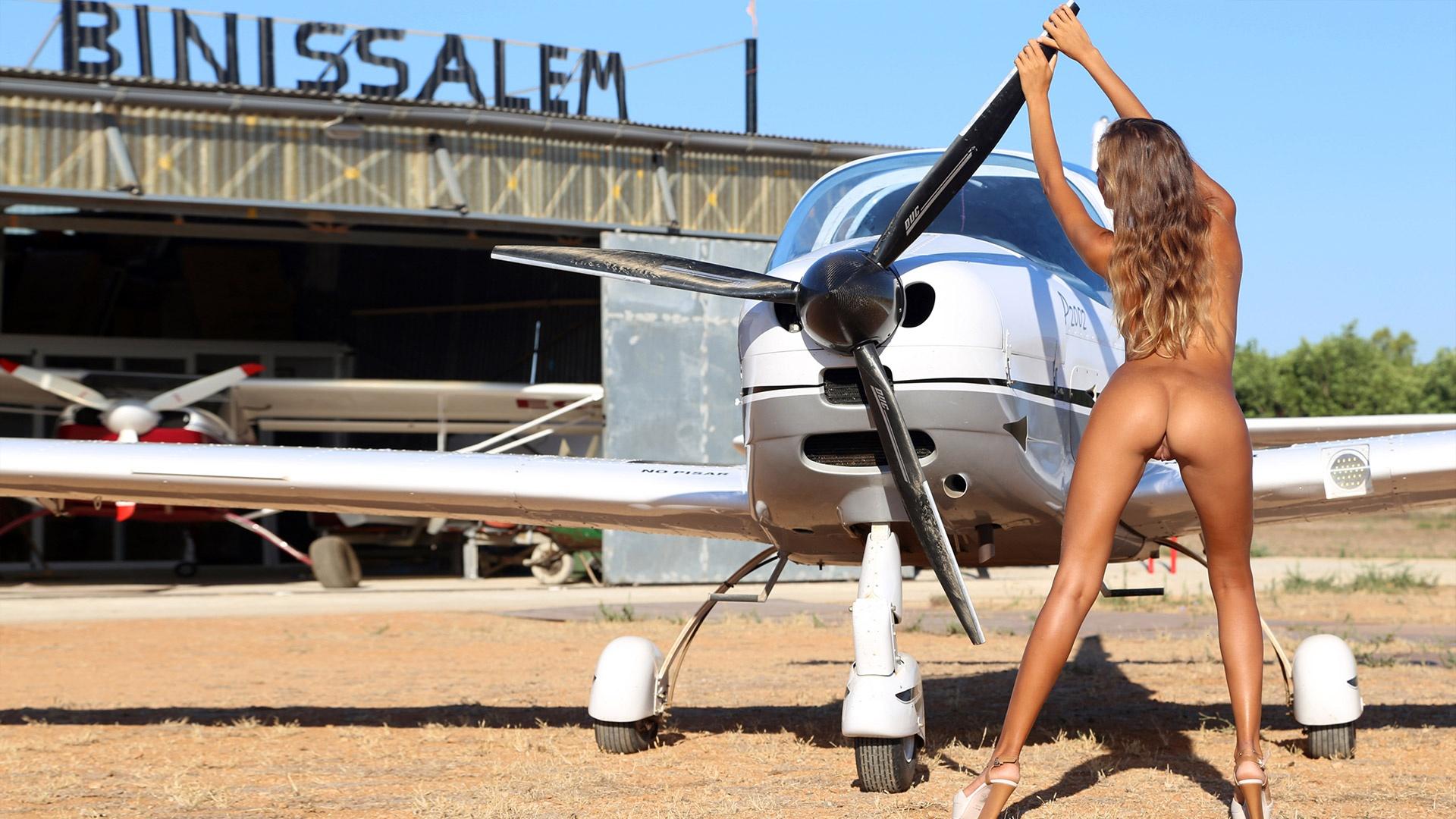 Секс с пилотом в самолете с блондинкой, Парень трахнул стюардессу во время полета пока 1 фотография