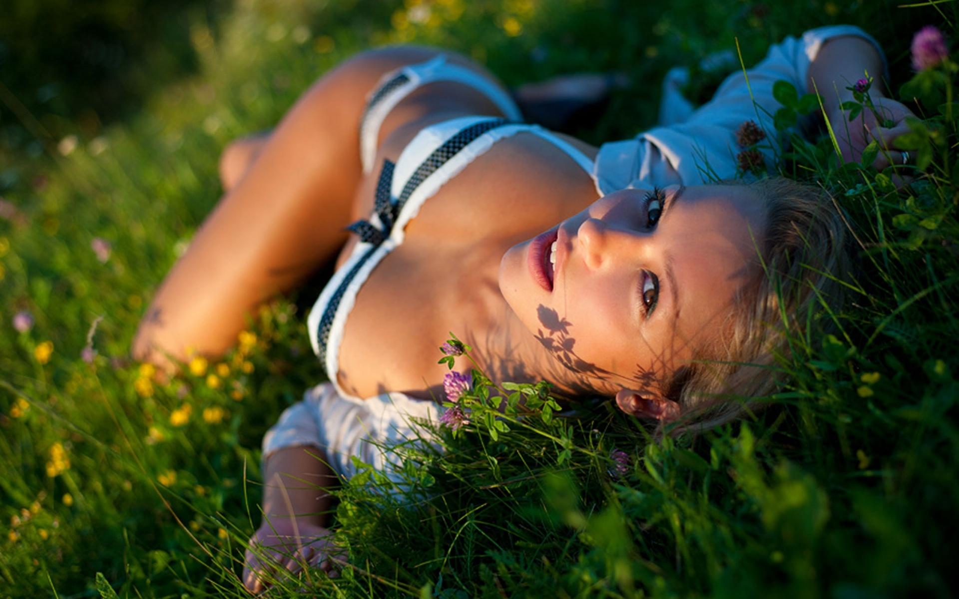 девушка закат лужайка загрузить