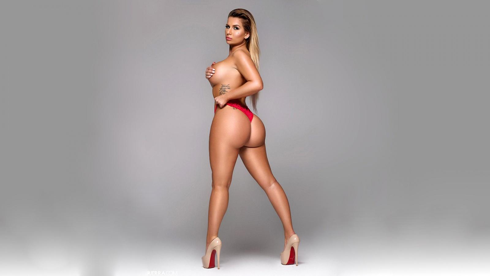 Curvy booty nude opinion