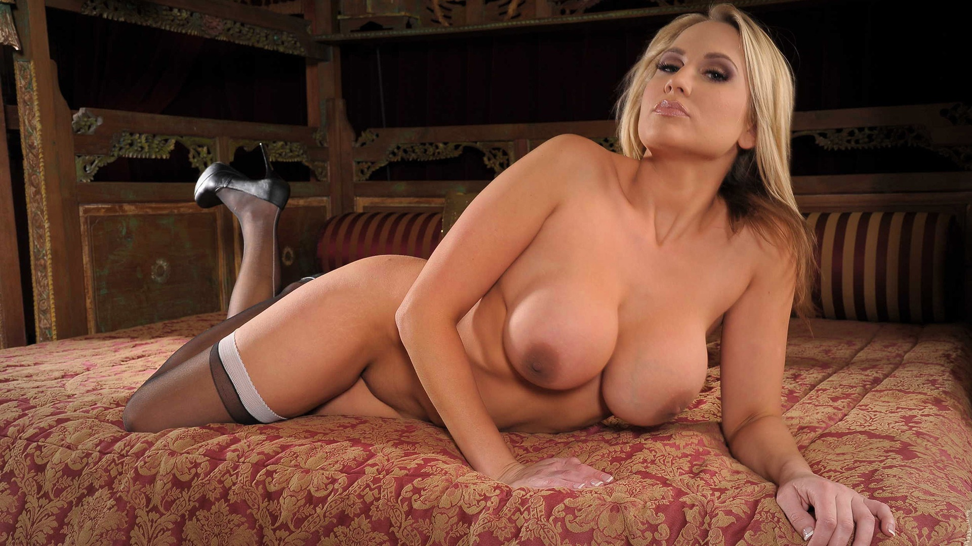 alanah rae hot curves blonde pornstar nude on the bed