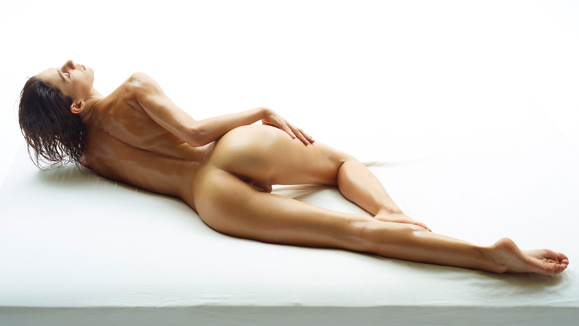 Naked Oily Back hot brunette beauty lying on the floor ...