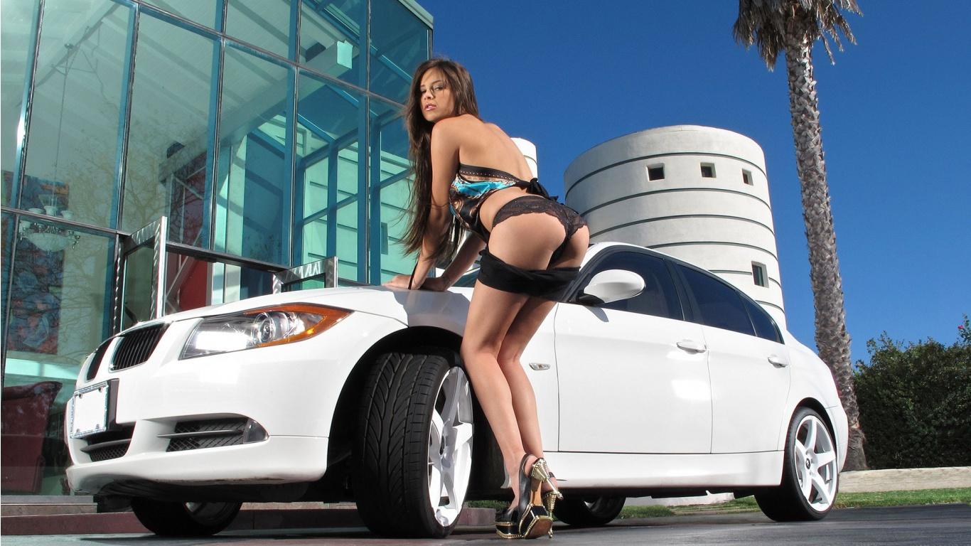 Симпатичные голые девушки около ретро машин 16 фотография